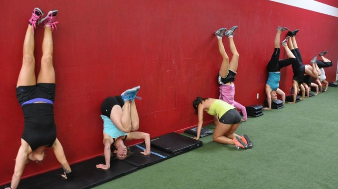diablo-crossfit-she-devils-doing-hanstand-push-ups-like-crazy