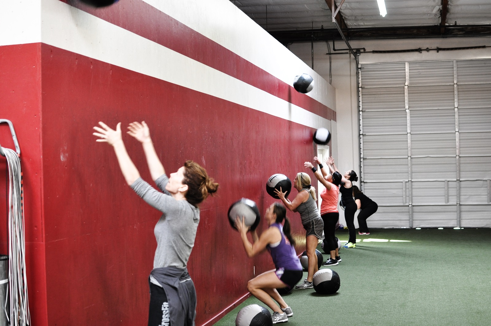 diablo-crossfit-ladies-lined-up-to-do-wall-ball